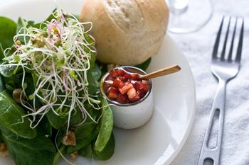 いちごもほうれん草と案外合うんです。小さめのさいの目切りにしたいちごにオリーブオイルやバルサミコ酢を混ぜてつくるドレッシング。こちらも春の香りが満点ですね。