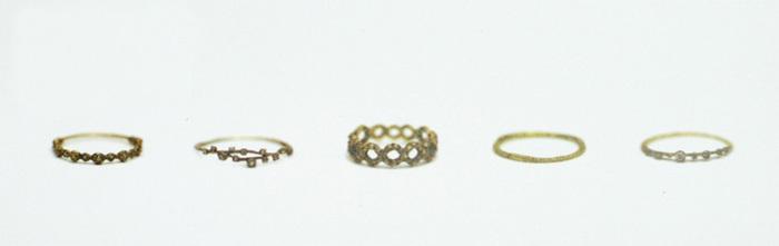 noguchiのジュエリーは、「日常に身に着けられるもの」がコンセプト。ダイヤモンドやゴールドなどの贅沢な素材で豪華に見せるのではなく、儚く繊細なつくりで、まるでアンティークのような仕上がりです。 ジュエリー1点だけが主張するようなものではなく、あくまで服に似合うジュエリーとして作られています。