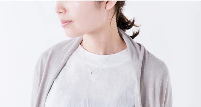 チェーンはバランスのとりやすい41cmの長さ。 さりげないホワイトダイヤの輝きが大人っぽく上品な雰囲気にしてくれます。