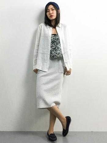 リネンシャツにスウェット地のスカートを合わせた、リラックス感あるオールホワイトコーデ。ゆるい感じがこなれた印象に。中に柄物を着て、コーデのスパイスにしています。