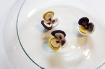そっと咲く小さなビオラの花。控えめな花は、大人の女性がつけるのにぴったりです。ホワイト・マスタードイエロー・パープルのシックな色合わせも素敵ですね。