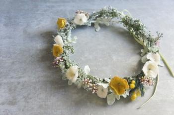 野の花を集めて作ったような、素朴で可愛らしい花冠。遠目で見るとまるで本物!可憐な雰囲気がたまりません。