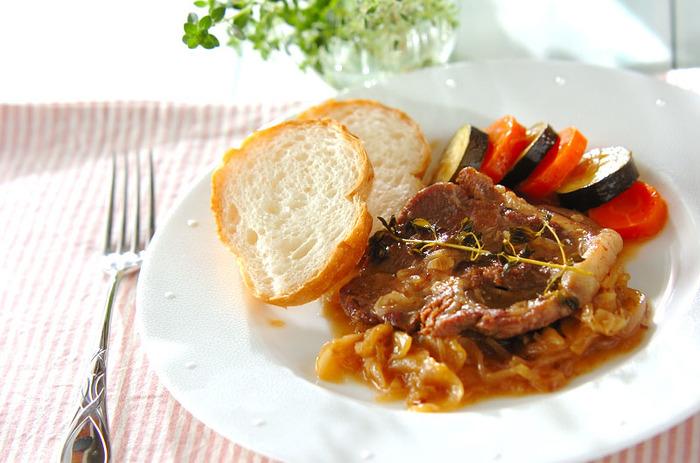 【リンゴと豚肉の煮込み タイム風味】 タイムと言えば、やはり肉料理にはかかせません。お肉をソテーしてから、他のお野菜と一緒に煮込みます。タイムの香豊かな逸品です。