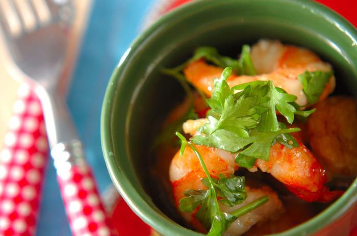 【エビのアヒージョ】 エビ・にんにく・オリーブオイル・赤唐辛子・塩…こんなシンプルなお料理をご馳走に変えるのが、ハーブの魅力♪