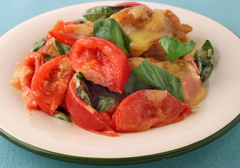 【鶏肉とトマトのチーズ炒め】 見た目はまさにイタリアンですが、ご飯によく合うので大人にも子供にも喜ばれるおかずに。鶏肉をしっかり焼き付けて火を通し、トマトを加えたら手早く短時間で炒めるのが、水っぽくならないコツ!