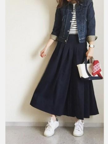 デニムジャケットとの相性も抜群。コンパクトなジャストサイズのジャケットとスカンツを合わせるとスタイル良く見せてくれます。