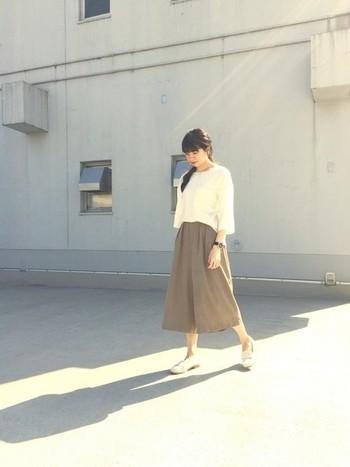 「スカンツ」とはスカート+パンツの造語で、ガウチョパンツのようなシルエットでありながら、裾に行くにつれてワイドになっています。