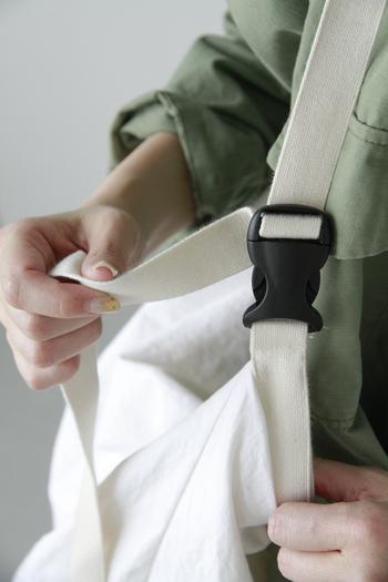 ベルトの長さは簡単に調節可能。斜めがけだけでなく、短くして片方の肩にかけたり、その日のスタイルやシーンによって使い分けができます。