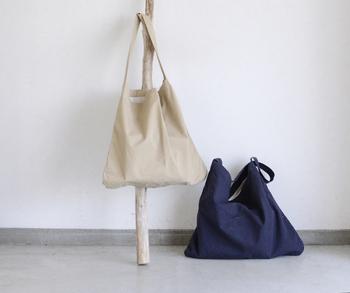 「MASTER&Co.(マスターアンドコー)」のショルダーバッグは、ワンショルダーでスタイリッシュな印象。チノパンツと同じ高密度のチノクロスを使用した、しっかりとした素材のバッグです。