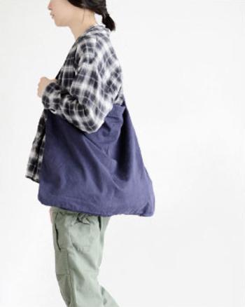 斜めがけすると、メッセンジャーバッグのように体にフィットします。裏地もチノクロス、底もしっかり縫製されていて丈夫な作りなので、たっぷり荷物を入れても大丈夫。