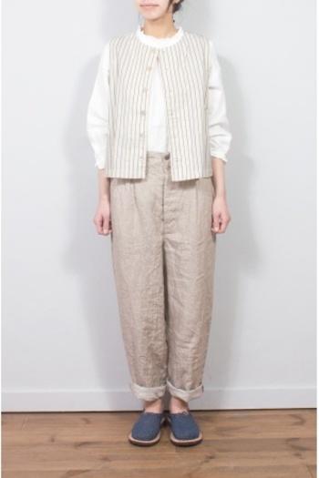 メンズライクなベスト&パンツですが、色合いとAラインシルエットで可愛らしい印象に。