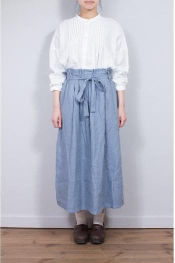 リボンベルトがかわいい、ブルーのロングスカート。ガーリーなブラウスとの相性が◎。