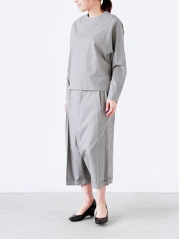 グレー×グレーは、大人の女性にしか着こなせないスタイル。個性的なデザインが、オススメです。