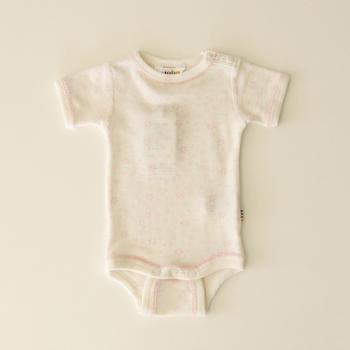 半袖タイプの肌着です。デンマークのブランドjoha(ヨハ)は、子供向けの肌着ブランド。化学薬品を使わないメリノウールを使用しているので、赤ちゃんも心地よく着れますね。