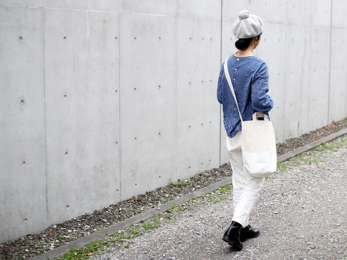パンツスタイルにもぴったりですね。底部分が防炎シートなので、白いバッグは汚れやすくて抵抗があるという方でも気にせず使えます。