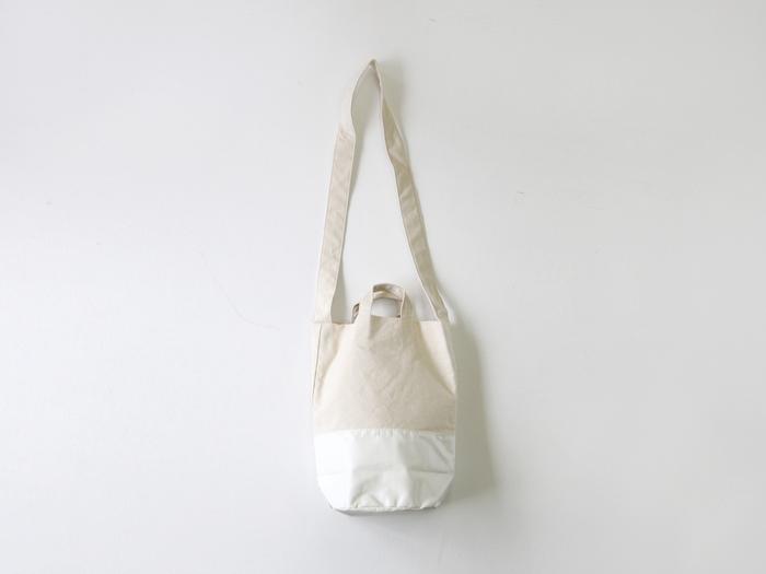 建築用の防炎シートをリユースし、コットン生地と組み合わせた「SyuRo(シュロ)」のショルダーバッグ。生成りと白の色合わせが、ふんわりナチュラルな印象です。