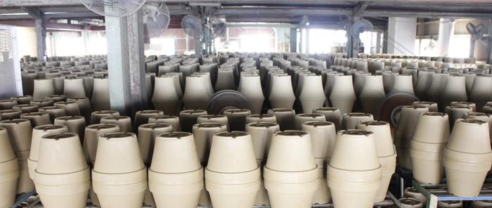 井澤製陶のある愛知県碧南市、高浜市周辺地域では三河土と呼ばれる良質な粘土が採れ、古くから瓦、植木鉢、七輪などがつくられてきました。気性、浸水性に富み、植木鉢に最適と言われており、これらの焼き物は三河焼と呼ばれています。