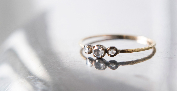 大小のホワイトダイヤモンドを連ねたリング。 リングのごつごつとしたテクスチャーがヴィンテージのような趣きです。