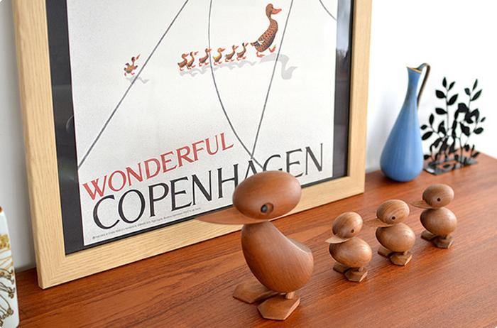 昔、コペンハーゲンの街中でアヒルの親子が道を渡るために、警官が車を止めるという心温まるようなニュースがあったそうです。それをモチーフにして1959年にデザインされたのが、アヒルの親子の木製オブジェ「Duck&Dackling(ダック&ダックリング)」です。デザインを手がけたのはデンマークの建築家・Hans Bolling(ハンスブリング)。セットではありませんが、ぜひ親子で揃えたいですよね。