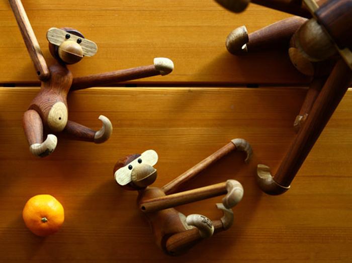 1951年に発表された「Monkey(モンキー)」は、カイボイスンの木製玩具の中でも非常に人気の高いアイテム。首、肩、股関節、手首、足首の全9箇所が360度可動するので、あらゆるポーズがとれるんです!元々は子どものための「フック」としてデザインされたので、鉤のようになった手を引っ掛けて吊るしたり…空間インテリアとしても◎です。