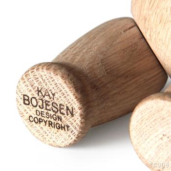 カイボイスンの木製玩具には全て、どこかしらにこのような焼印がされています。お子さんが大きくなった時に、デザイナーであるカイボイスンの偉大さを親から子へ語り伝えるきっかけになりそうですね。