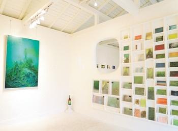 ギャラリーには屋久島在住の画家・高田裕子さんとジュエリー作家・中村圭さんの作品が展示されています。こちらは絵画とポストカードのスペース。壁一面にポストカードがずらりと展示され、ここでしか手に入らないものもあります。