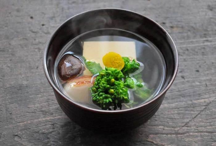 """出汁の美味しさを活かした料理と言えば「お吸い物」。""""お吸い物は作るのが難しそう""""と思われている方も多いかもしれませんが、出汁さえあれば、身近な食材で20分ほどで手軽に作ることができます。かつおと昆布の出汁を使います。"""