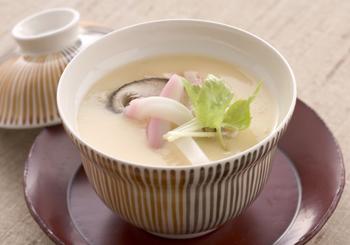 やさしい味でなめらかな口当たりの茶碗蒸しは、出汁の旨みを活かしたお料理です。