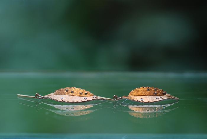 ●ヒメシャラのピアス  シンボルツリーとして人気のヒメシャラの葉をモチーフにしたピアス。シルバーとゴールドの板を張り合わせ、14粒のブラウンダイヤモンドがちりばめられています。