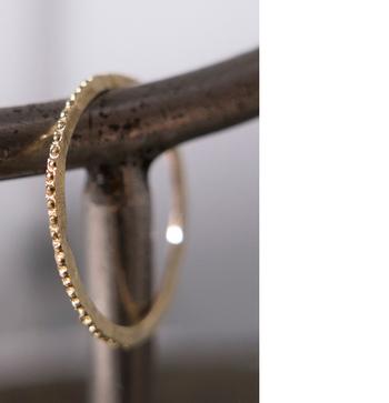 半球のモチーフが並べられたとても細いリング。 とても華奢なデザインですが、ごつごつとした凹凸は存在感があり、重ね付けにもぴったりです。