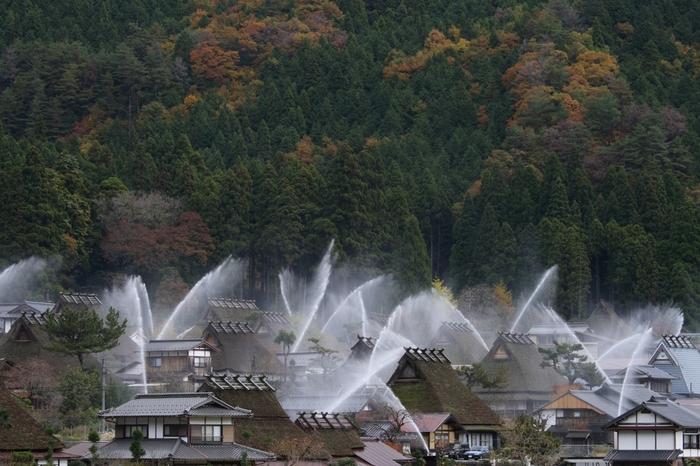 かやぶきの里では、毎年、春と秋に防災訓練として一斉放水が行われます。一斉放水は、美山かやぶきの里の春と秋を彩る風物詩です。