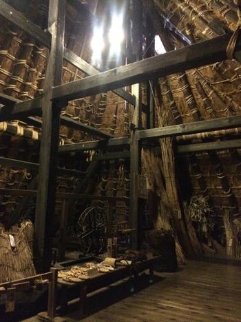 美山民俗資料館では、茅葺屋根の家の内部を見学できるほか、生活道具、古い農耕機具などが展示されています。昔の人々がこの地でどのように生活を営んでいたのか、想像を膨らませてみてはいかがでしょうか。