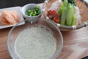 アスパラをポタージュにしてつけサラダうどんでいただくこちらのレシピ。自分でタレも作っていただくなんて料理にも自信がつきそうですよね。夏にもぴったりで食欲も増してくれそうです。