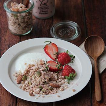 グラノーラにINIC chocopowder Strawberry Milk(イニック チョコパウダー ストロベリーミルク)を混ぜると、ストロベリーチョコグラノーラが楽しめます。朝食やおやつにぴったりですね。