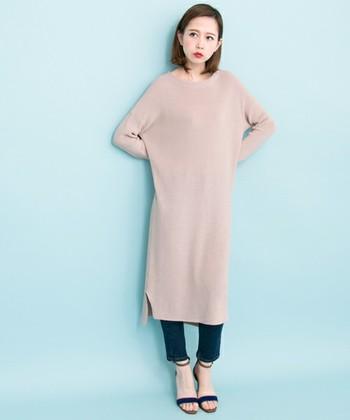 マキシ丈ワンピースにデニムを合わせたスタイル。春を感じさせる淡いピンクとブルーのデニムの組み合わせが、エレガントで素敵ですね♪