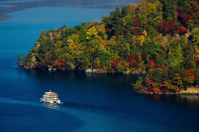 十和田火山の噴火によってできたカルデラ湖で、海抜約400mの山上に位置しています。四季折々に色づく自然林に周囲を囲まれ、季節ごとに美しい表情を見せてくれるのが魅力。遊覧船に乗って、湖上から十和田湖の自然を味わうこともできます。