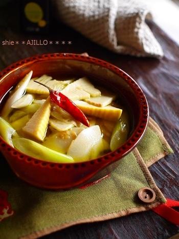 春の味覚といえばシャキシャキの筍も忘れてはいけません。若竹煮や筍ごはんに飽きたらぜひお試し下さい。筍とガーリックの風味はとっても相性が良いのです。柔らかい穂先は厚めに、そのほかの部分は薄くスライスした方が早めに味がなじんで美味しいそうですよ。