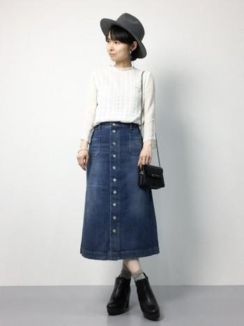 デニムスカートはカジュアルなアイテムですが、ポシェットとショートブーツを黒で合わせることできれいめにも着こなせます。