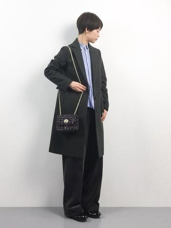 ジャケットとシャツを合わせたメンズライクなコーディネートは、ポシェットを合わせることで女性らしさをプラスしてみて。