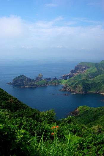 隠岐世界ジオパークは島根県の北、日本海に浮かぶ4つの島から構成されています。遥かな昔から繰り返されてきた大地の変化に伴って、素晴らしい絶景と珍しい生態系が育まれまてきました。平成25年に世界ジオパークに認定。