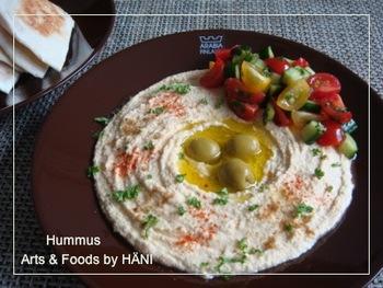 フムスとは、中東のお料理で、ひよこ豆やニンニク・練りごま・オリーブオイル・レモン汁などを加えて潰し、ペースト状にしたもの。ピタパンにつけていただきましょう。