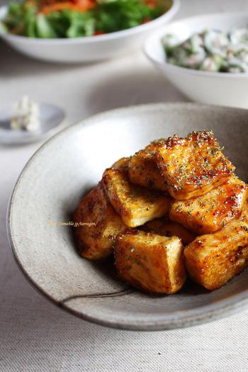 カリッと焼き上げた木綿豆腐にマスタードソースをからめて煮たたせます。きつね色に焼き上がった豆腐ステーキは、お弁当にもぴったりです。
