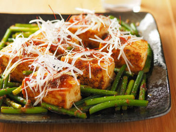 お肉を使わずとも、茎ニンニクの香りと生姜のソースで味がしっかりとついており、食べごたえ満点です。お酒のつまみにも良さそうですね。