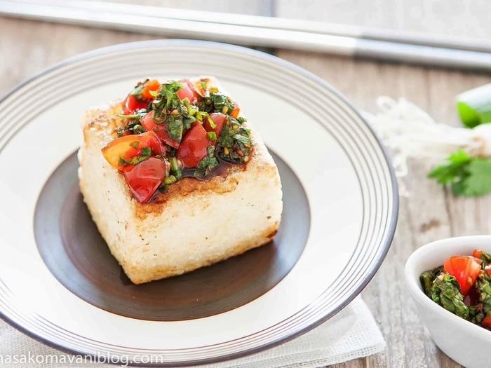 カリッと焼いた豆腐に香りの強いコリアンダーや紫蘇、九条ネギを合わせたさっぱりと、でも満足感のあるステーキです。食欲がないときにも良さそうですね。