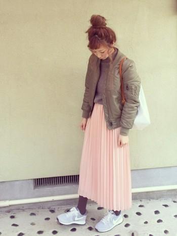 プリーツスカートは優しい印象になります。ピンクとグレーは簡単に挑戦できる組み合わせです。