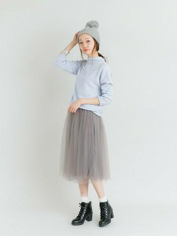 淡いブルーはグレーにもよく合います。春らしいチュールスカートを合わせたら黒のショートブーツで引き締めましょう。