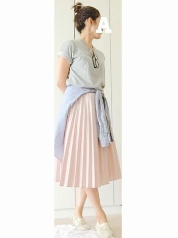 カジュアルに着たい場合は、どこか一点にきちんと感を出し、野暮ったくならないようにしましょう。このスタイルでは、プリーツスカートがその役割をしています。