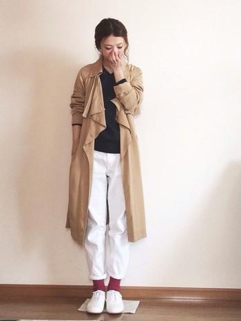 袖をまくって、軽やかに春らしく。白のパンツ×白のシューズで爽やかなコーデですね。足元はまだまだ寒いので靴下で遊びましょう。