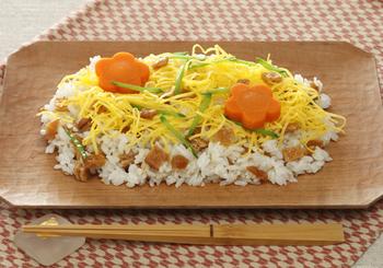 いなり寿司をちらし仕立てにすることによって、通常のおいなりさんよりも時短で簡単。見た目も鮮やかでお弁当も華やぎますね。