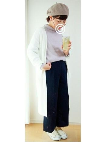キレイなラベンダー色のニットに白カーデを羽織って。ロングカーディガンはコーディネートのいいまとめ役。